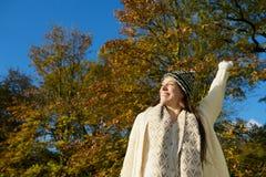 享受一美好的秋天天的愉快的少妇 免版税库存照片