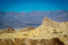 享受一蓝天天的小组本机和游人在死亡谷国家公园 图库摄影