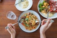 享受一顿可口膳食的一个人的顶视图 免版税图库摄影