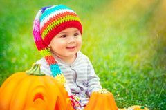 享受万圣夜假日的小婴孩 免版税库存图片