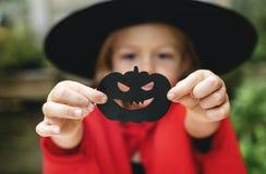 享受万圣夜节日的年轻嬉戏的女孩 库存照片