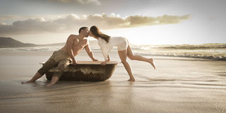 享受下午的年轻美好的夫妇在海滩 免版税库存图片