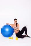 享受与她的健身球和哑铃的锻炼 库存图片