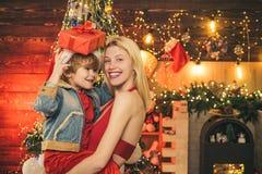 享受与她的儿子的每片刻 一起度过假日 r 母亲和小儿子在家庆祝圣诞节 免版税库存照片