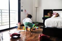 享受与她的孩子的单身母亲珍贵的时间 库存图片