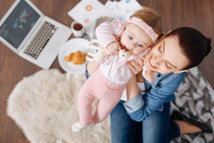 享受与她的孩子的美妙的年轻妈妈周末 图库摄影