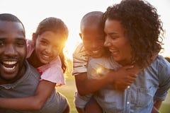享受与孩子的年轻黑夫妇家庭时间 库存图片