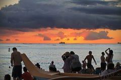 享受与小船的日落在天际 免版税库存图片