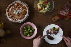 享受与朋友的晚餐 人顶视图有的 免版税库存照片