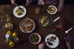 享受与朋友的晚餐 人顶视图有的 免版税库存图片
