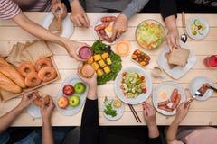 享受与朋友的晚餐 人顶视图havin 库存照片