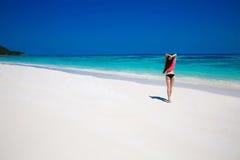 享受与白色的美丽的比基尼泳装妇女热带海滩自然 库存照片