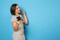 享受与头的美丽的巴西女孩音乐打电话  免版税库存图片