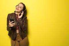 享受与头的美丽的巴西女孩音乐打电话  免版税图库摄影