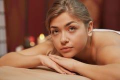 享受专业按摩的年轻女人 免版税库存图片