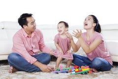 享受业余时间的家庭在演播室 免版税库存图片