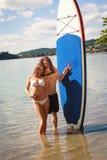 享受乐趣的空军有吸引力的海滩美好的概念夫妇递幸福藏品节假日爱自然照片被上升的重新创建放松言情夏天星期日他们的时间年轻人 图库摄影