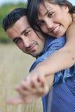 享受乡下野餐的愉快的夫妇 免版税库存照片