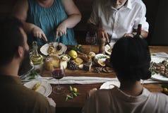 享受乳酪盛肉盘食物摄影食谱想法的人们 免版税图库摄影