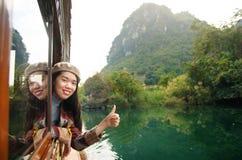 享受从一条木小船的女孩风景 图库摄影