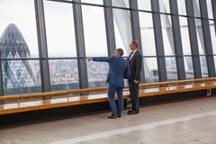 享受从携带无线电话大厦天空庭院的人们伦敦视图  伦敦 图库摄影