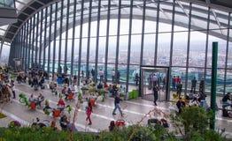 享受从携带无线电话大厦天空庭院的人们伦敦视图  伦敦 免版税库存照片