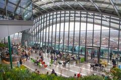 享受从携带无线电话大厦天空庭院的人们伦敦视图  伦敦 免版税图库摄影