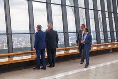 享受从携带无线电话大厦天空庭院的人们伦敦视图  伦敦 免版税库存图片