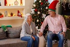 享受他们的圣诞节时间的资深夫妇 库存图片