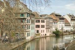 享受他们的时间的人们在一点法国区在Strasbou 库存照片