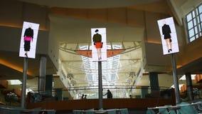 享受他们购物的旅行的人们在主要大厅里有促进在购物中心的屏幕顶视图大品牌千年1 影视素材