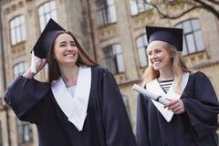 享受令人难忘的时间的两名毕业后的学生 库存照片