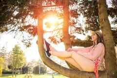 享受休息日的愉快的女孩 库存图片