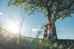 享受休息本质上的愉快的女孩 免版税图库摄影
