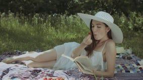 享受休闲本质上的轻松的愉快的妇女 股票视频