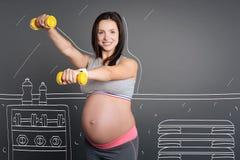 享受体育锻炼的正面孕妇 图库摄影