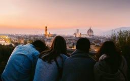 享受佛罗伦萨,托斯卡纳,日落的意大利的看法四个朋友 免版税库存照片