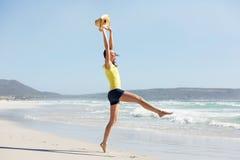 享受假日的激动的少妇在海滩 库存图片