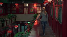 享受假期的一个愉快的妇女游人的慢动作射击在中国 对中国概念的旅行 签证自由运输72个小时 影视素材