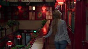 享受假期的一个愉快的妇女游人的慢动作射击在中国 对中国概念的旅行 签证自由运输72个小时 股票录像