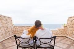 享受假期的愉快的年轻夫妇 库存图片