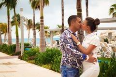 享受假期的美好的夫妇 免版税图库摄影