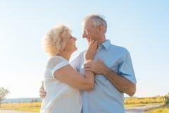 享受健康和自然的浪漫年长夫妇在一个晴天 库存照片