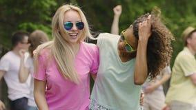 享受党在公园,夏天活动的精力充沛的青年时期,跳舞户外 影视素材