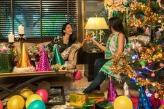 享受党的两名妇女获得乐趣 免版税库存照片