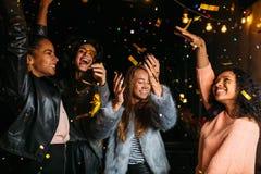 享受党的愉快的妇女在晚上 免版税库存照片
