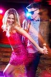 享受党的年轻夫妇在俱乐部 免版税库存图片