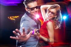 享受党的年轻夫妇在俱乐部 免版税图库摄影