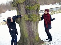 享受冬天的两个嬉戏的朋友户外 库存照片
