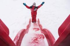 享受冬天的孩子 库存图片
